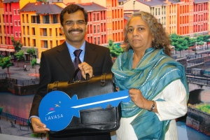 Mr   Rajgopal Nogja Group COO  Whole Time Director HCC handing over 300th possesion key to a Villa owner Ms Harshana Mehta